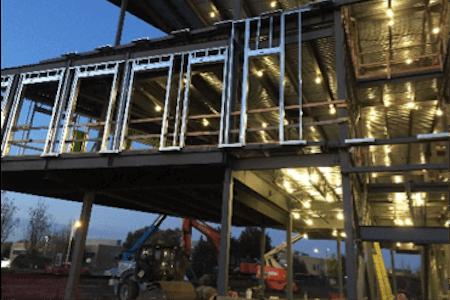 Travaux de construction en cours, vue de la structure d'acier avec grue en arrière-scène