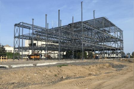 Travaux de construction en cours, élévation d'une structure en acier