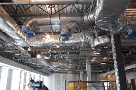 Vue des systèmes de ventilation (CVAC) d'une usine de production pharmaceutique en construction