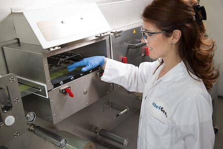 Technicienne effectuant des tests dans un laboratoire de recherche