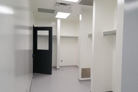 Vue d'un vestiaire dans des installations pharmaceutiques
