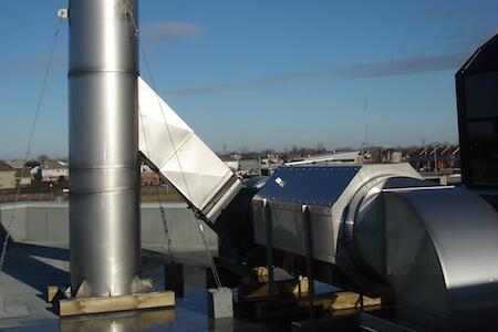 Système de ventilation sur le toit d'une usine de prodution pharmaceutique