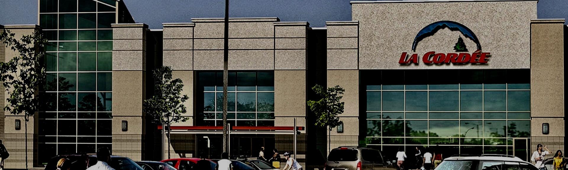 Vue de la façade du magasin La Cordée, Saint-Hubert, Québec