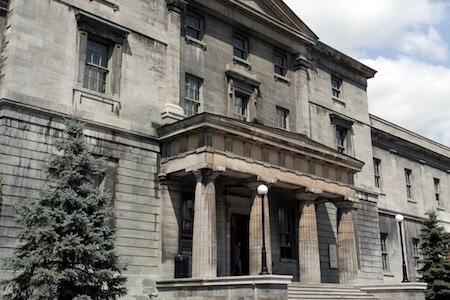 Vue de la façade d'un édifice de l'Université McGill