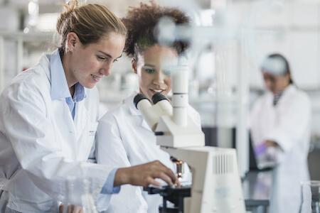 Techniciennes effectuant une analyse au microscope dans un laboratoire de recherche et développement