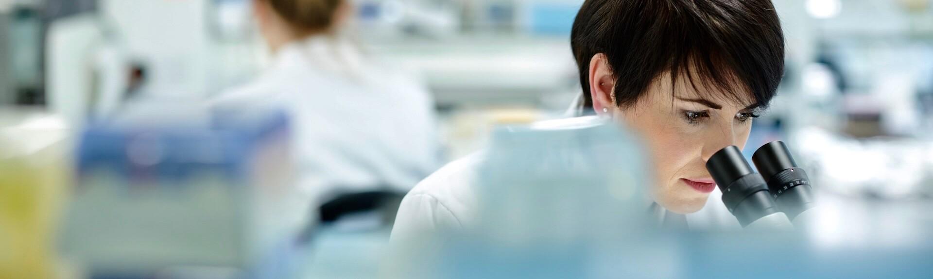 Microbiologiste effectuant des analyses au microscope