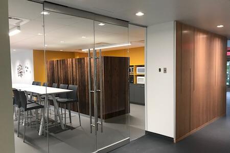 Vue d'un vestiaire avec portes vitrées dans un espace à bureaux
