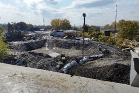 Vue des travaux d'excavation en cours sur un chantier de construction, industrie pharmaceutique
