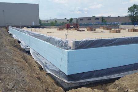 Vue de travaux de fondation en cours sur un chantier de construction, industrie pharmaceutique