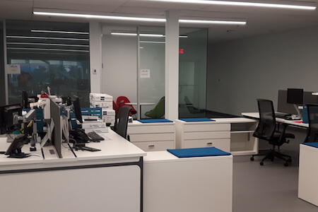 Aménagement de mobilier dans un espace à bureaux