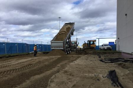 Vue d'un camion déchargeant de la terre pour des travaux de génie civil