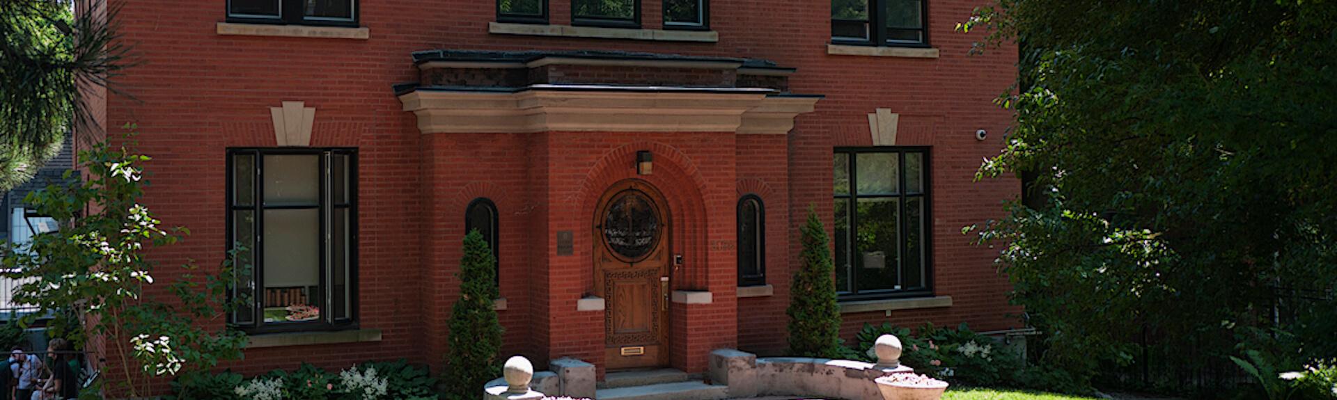 Vue partielle de la façade de l'école Priory School, Montréal, Québec