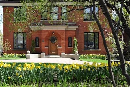 Vue de la façade de l'école Priory School, Montréal, Québec