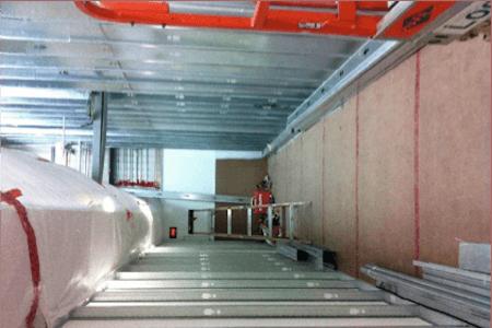 Vue de travaux de construction dans une usine de production pharmaceutique