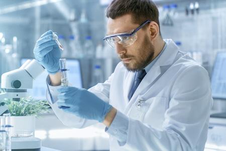 Microbiologiste effectuant des analyses au microscope dans un laboratoire de recherche