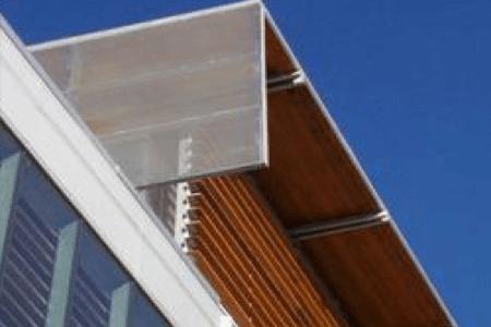 Élément architectural de la toiture d'un bâtiment commercial