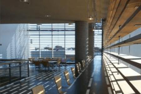 Aménagement de tables à aire ouverte dans un complexe à bureaux