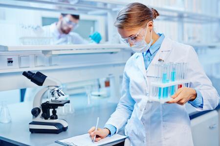 Technicienne en laboratoire de recherche et développement notant des résultats