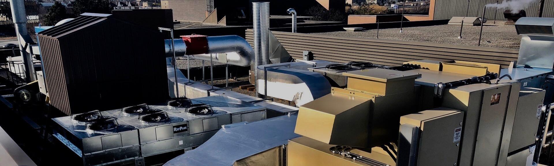 Vue du système CVAC sur le toit d'un édifice, industrie pharmaceutique